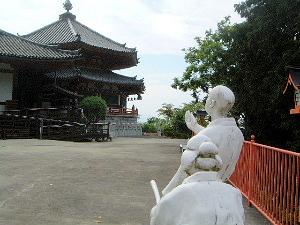 お里沢市の像 本堂