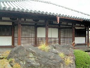 十輪院 本堂前の巨石