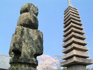 般若寺の十三重石塔と相輪