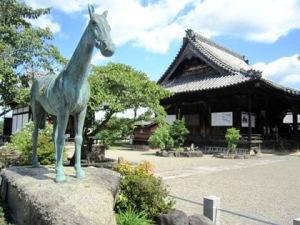 黒駒像と観音堂 橘寺