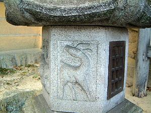 秋篠寺の燈籠 鹿