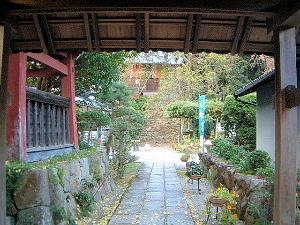 仏隆寺の境内へ