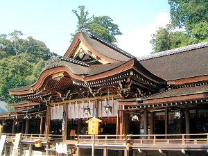 大神神社拝殿 夏休みの旅館予約
