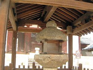 日本最古の石燈籠と金堂