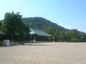橿原神宮拝殿と畝傍山 大和三山