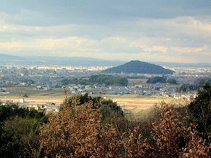 甘樫丘の川原展望台から望む耳成山