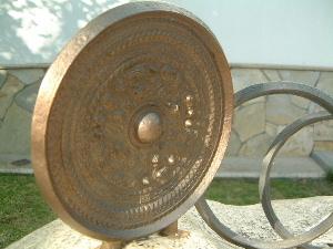 黒塚古墳展示館前の銅鏡オブジェ