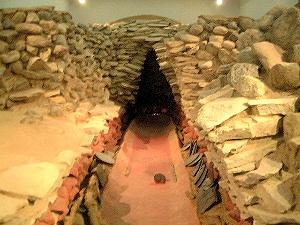 黒塚古墳展示館にある竪穴式石室のレプリカ