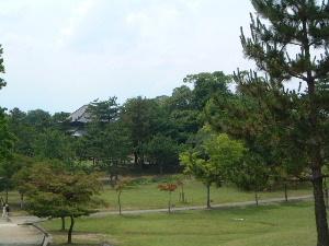 東大寺戒壇院へ続く