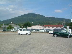 参道手前の駐車場