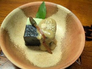 黒胡麻豆腐えんどう豆仕立