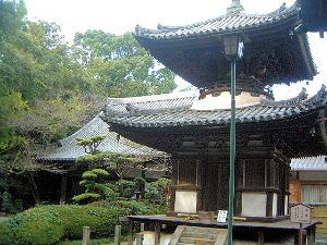 吉田寺の多宝塔と本堂