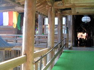 長谷寺の本堂へ