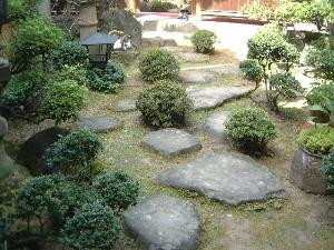 中庭の飛び石