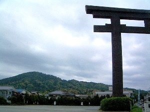 大神神社大鳥居 三輪山